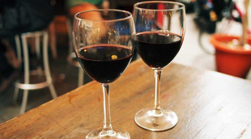 foto bicchieri vino rosso